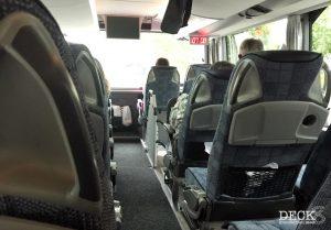 Sicht vom Sitzplatz im Bus in Richtung Frontscheibe