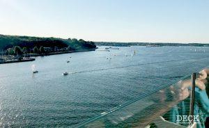 Blick auf die Kieler Förde mit Segelbooten von der Mein Schiff 4