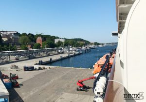 Ausblick von der Balkonkabine der Mein Schiff 4 auf den Ostseekai in Kiel