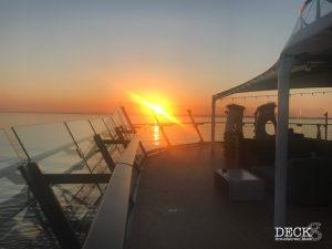 Blick auf den Sonnenuntergang auf See, beim Champagner-Treff an Bord der Mein Schiff 4