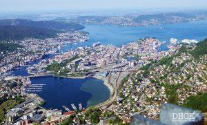 Blick vom Ulriken runter auf den Hafen und die dort liegenden Kreuzfahrtschiffe