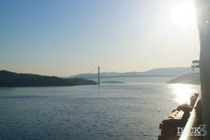 Blick von der Mein Schiff 4 auf die Askoy-Brücke, morgens in Richtung Bergen.