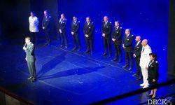 Die Offiziere der Mein Schiff 4 auf der Theaterbühne bei der Offiziersvorstellung der Reise Südnorwegen mit Kopenhagen