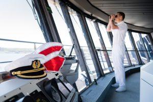 Kapitän auf der Brücke der Mein Schiff