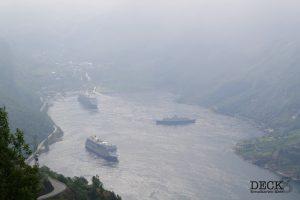 Aussicht von der Adlerkerhe auf den Geirangerfjord mit den Kreuzfahrtschiffen Astoria, Mein Schiff 4 und AIDAsol