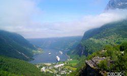 Aussicht von der Flydalschlucht auf den Geirangerfjord mit drei Schiffen im Fjord