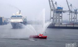 Die Mein Schiff 1 verlässt den Hamburger Hafen hinter dem Feuerlöschboot