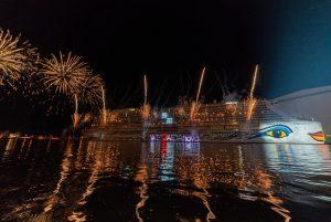 AIDAnova-Taufe: Feuerwerk und Botschaft auf dem Rumpf