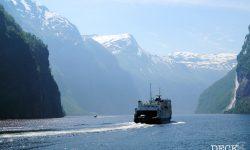 Die Hellesylt-Fähre auf dem Geirangerfjord. Sicht vom Sightseeing-Boot Geiranger