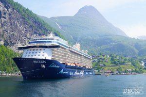 Mein Schiff 4 im Geirangerfjord vor der Kulisse von Geiranger