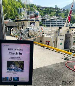Wartebereich und Blick auf das Sightseeing-Boot für den Geirangerfjord