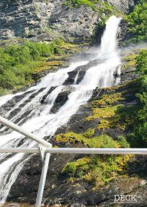 Wasserfall auf der Bootstour Sightseeingtour Geiranger durch den Geirangerfjord