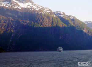 AIDAsol im Geirangerfjord hinter der Mein Schiff 4