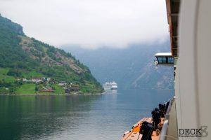 AIDAsol läuft in den Geiranger-Fjord ein. Sicht von der Mein Schiff 4