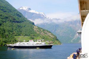 Blick auf die Astoria im Geiranger-Fjord vom Balkon der Mein Schiff 4