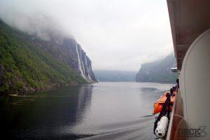Wolken hängen über dem Geirangerfjord und den sieben Schwestern. Blick von der Mein Schiff 4