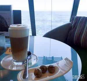 Latte macchiato und Pralinen mit Aussicht aus der Café Lounge der Mein Schiff 4
