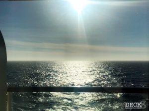 Blick aus der Balkonkabine der Mein Schiff 4 auf die Nordsee. Die Sonne scheint bereits morgens durchs Fenster.