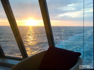 Blick auf den Sonnenuntergang aus der Cafe-Lounge der Mein Schiff 4 auf dem Weg von Stavanger nach Kristiansand