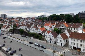 Blick von der Mein Schiff 4 auf die weißen Holzhäuser in Stavanger