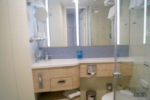 Waschtisch und Spiegel im Bad einer Innen-Kabine der neuen Mein Schiff 2 von TUI Cruises
