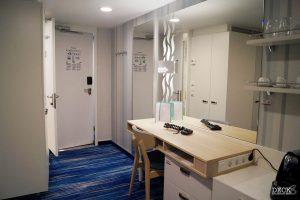 Schreibtisch und Garderobe in einer Innenkabine der neuen Mein Schiff 2 von TUI Cruises