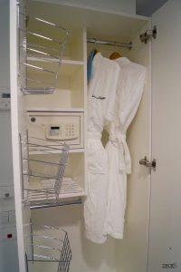 Bademäntel und Safe im Kleiderschrank der Innenkabine auf der neuen Mein Schiff 2