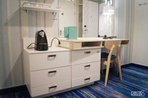 Schreibtisch mit Schubladenelementen in der Kabine der neuen Mein Schiff 2