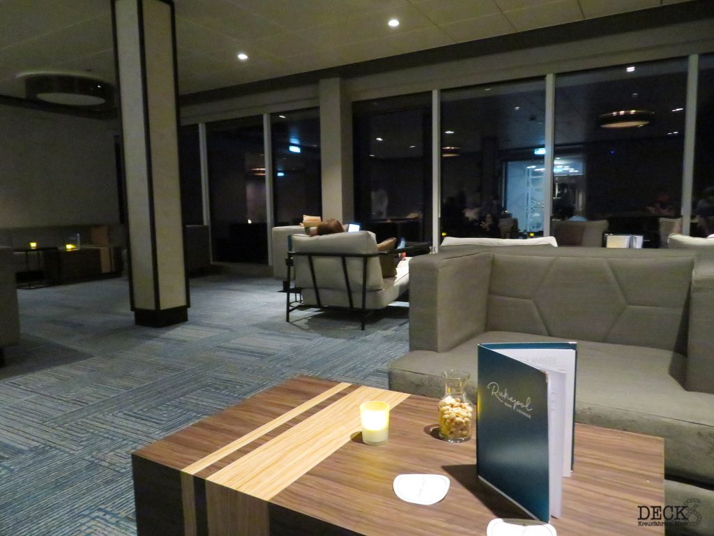 Blick in die Ruhepol Bar & Lounge auf der neuen Mein Schiff 2 von TUI Cruises