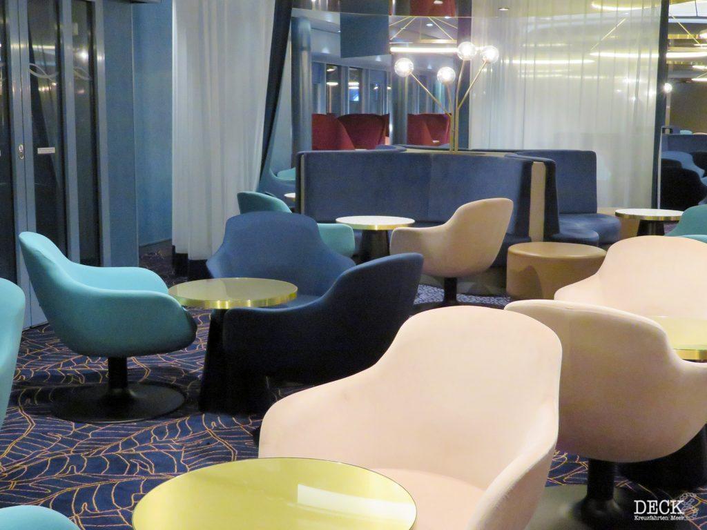 Sitzgruppe in der Schaubar an Bord der neuen Mein Schiff 2 von TUI Cruises