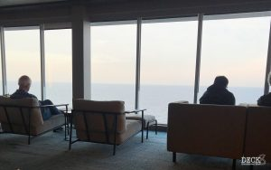 Blick aus der Ruhepol Bar & Lounge auf der TUI Cruises Mein Schiff 1 auf die Kieler Förde. 1. Tag der Kreuzfahrt Ostsee mit St. Petersburg