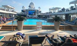 Das Pooldeck der TUI Cruises Mein Schiff 1 ist am Seetag auf der Reise Ostsee mit St. Petersburg gut gefüllt