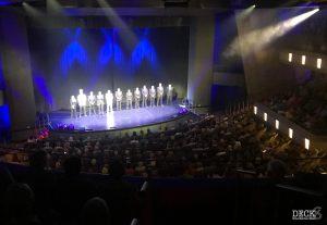 Offiziersvorstellung auf der Bühne des Theaters der TUI Cruises Mein Schiff 1, Ostsee mit St. Petersburg