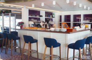 Die Bar in der Panorama-Lounge der Asara von Phoenix Reisen, auf der bei der Schiffs-Besichichtigung Kaffee und Kuchen bereit stehen.