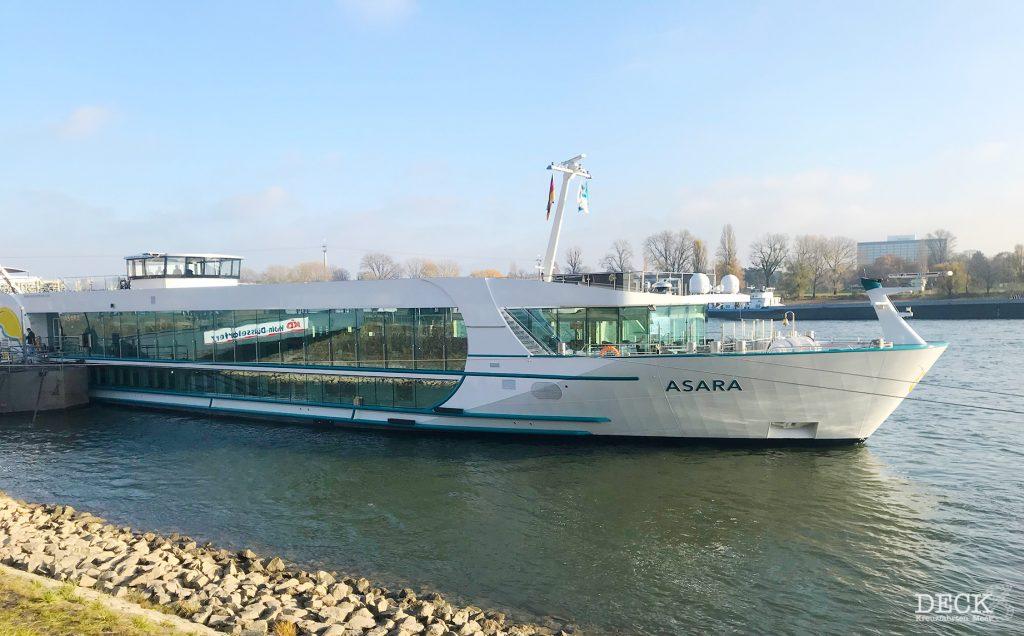 Das Fluss-Kreuzfahrtschiff Asara von Phoenix-Reisen am Tag der Schiffs-Besichtigung am Anleger in Köln