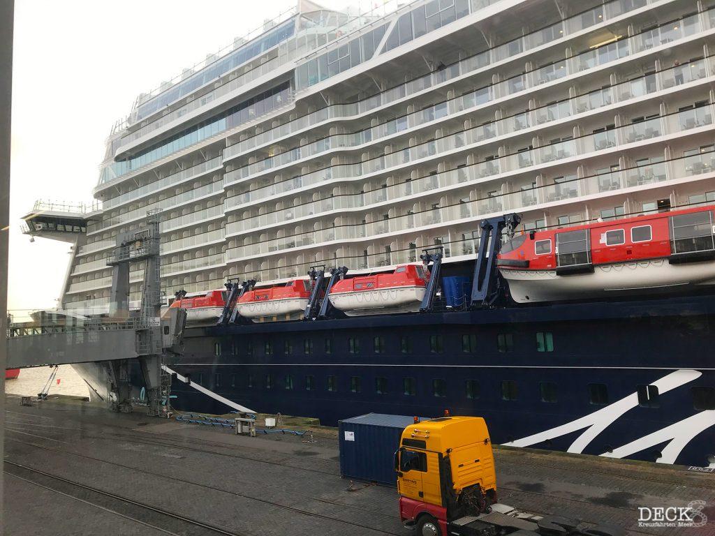 Blick auf die neue Mein Schiff 2 von Tui Cruises aus dem Kreuzfahrt-Terminal Columbus Cruise Center in Bremerhaven.