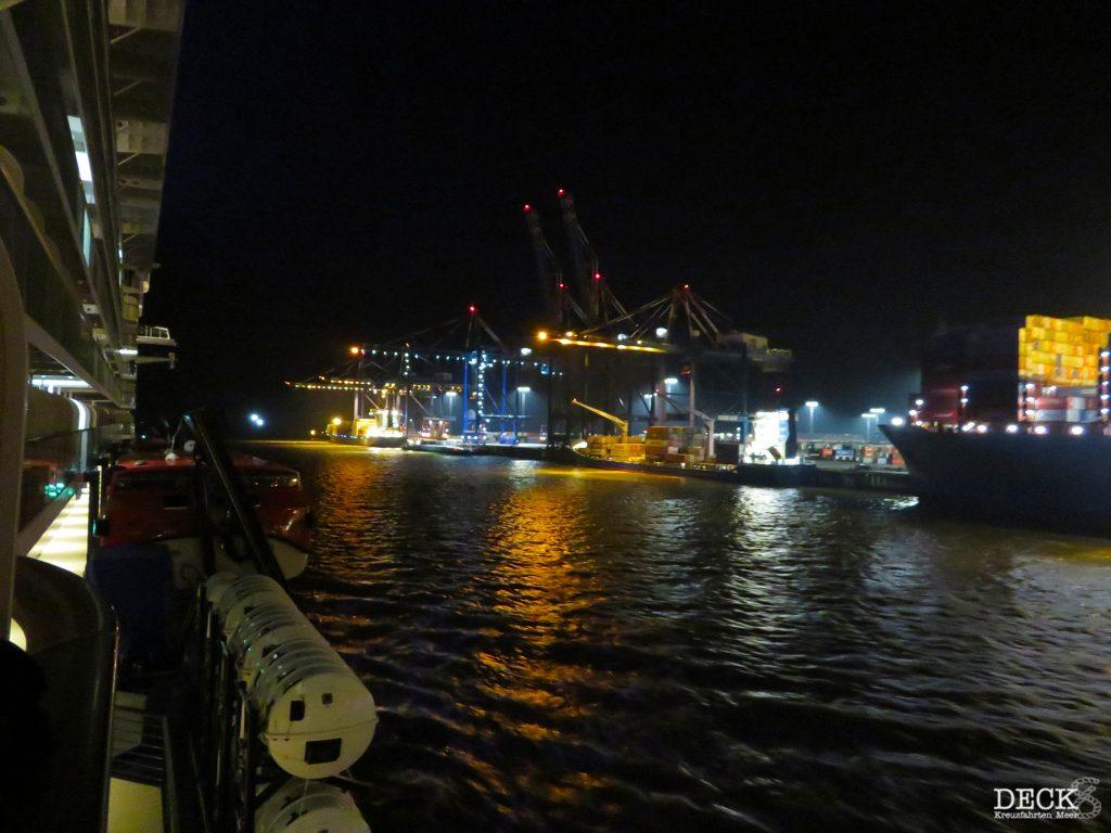 Blick von der Balkonkabine auf der neuen Mein Schiff 2 von TUI Cruises auf den Containerhafen in Bremerhaven. (Vorfreudefahrt der Kreuzfahrt-Schiffes)