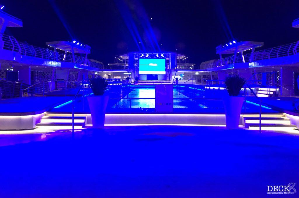 Pooldeck der neuen Mein Schiff 2  von Tui Cruises abends beim Auslaufen auf der Vorfreude-Kreuzfahrt.