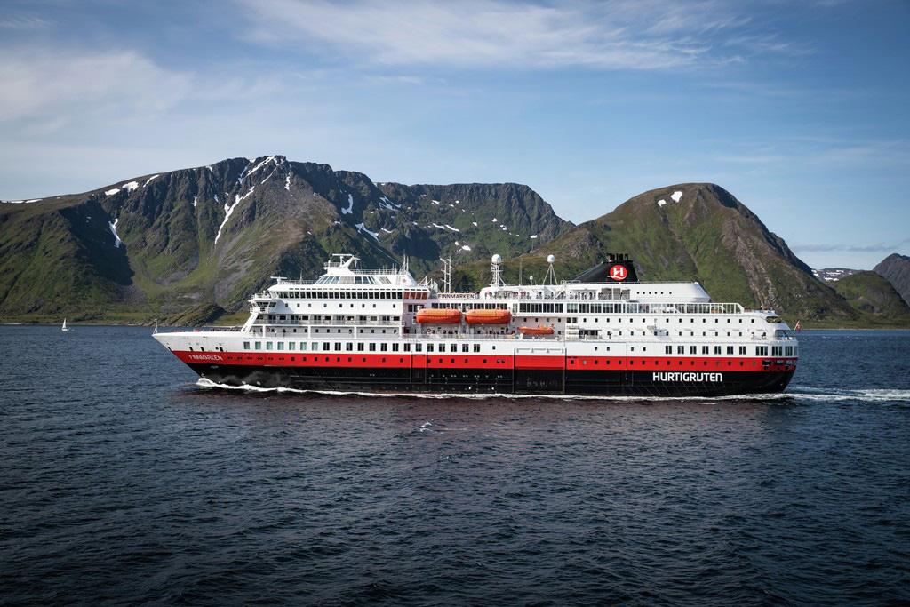 Die MS Finnmarken von Hurtigruten vor Norwegen. Ab 2021 fährt sie als MS Otto Sverdrup ab Hamburg.