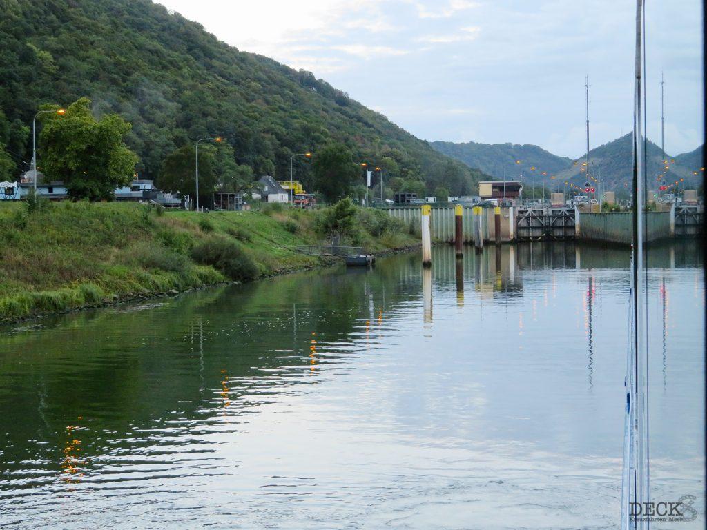 Der erste Blick aus dem Fenster der Rhein Melodie beim 2. Tag meiner Flusskreuzfahrt mit nicko cruises. – Blick auf die Schleuse. (Flusskreuzfahrt-Reisebericht)