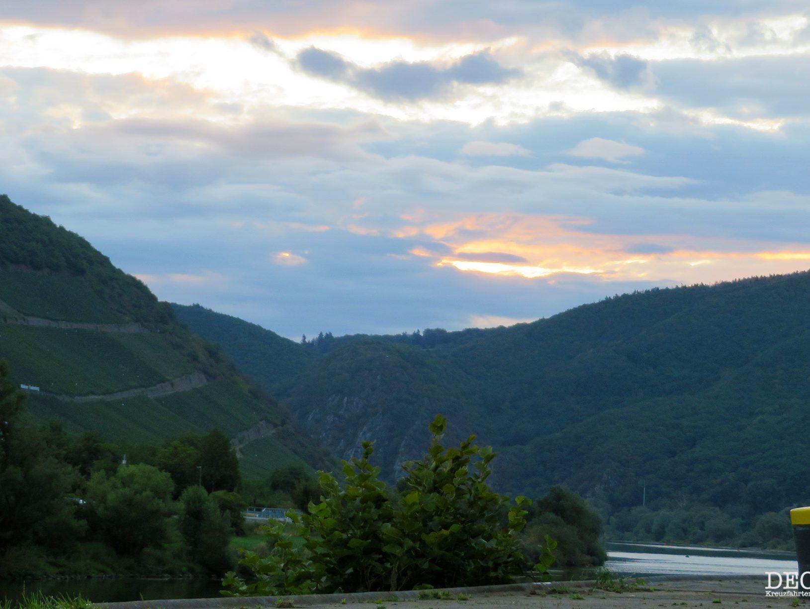 Der erste Sonnenaufgang auf meiner Flusskreuzfahrt an Bord der Rhein Melodie von nicko cruises. Leider nicht mit optimaler Perspektive auf die Mosel. (Reisebericht)