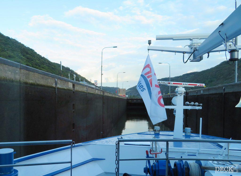 Fahrt der Rhein Melodie von nicko cruises in die Schleuse auf der Mosel. (Flusskreuzfahrt-Reisebericht)