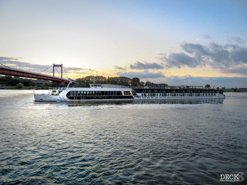 Das Flusskreuzfahrt-Schiff AmaStella von AmaWaterways vor Duisburg. 2021 fährt die AmaLucia und die AmaSiena für e-hoi.